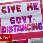 Coronavirus: Armed protesters enter Michigan statehouse – BBC News